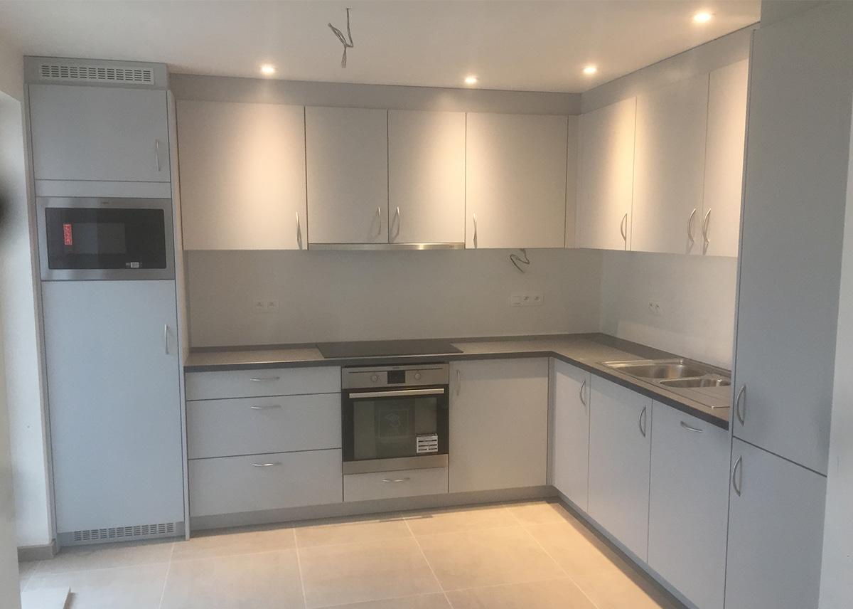 Afwerking Witte Keuken : Moderne witte keuken met rvs afwerking schrijnwerkerij segers gunther